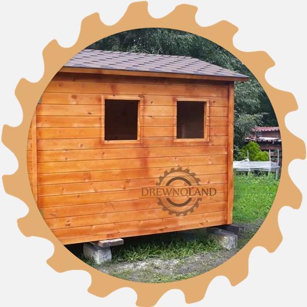 Drewniany domek zoknami
